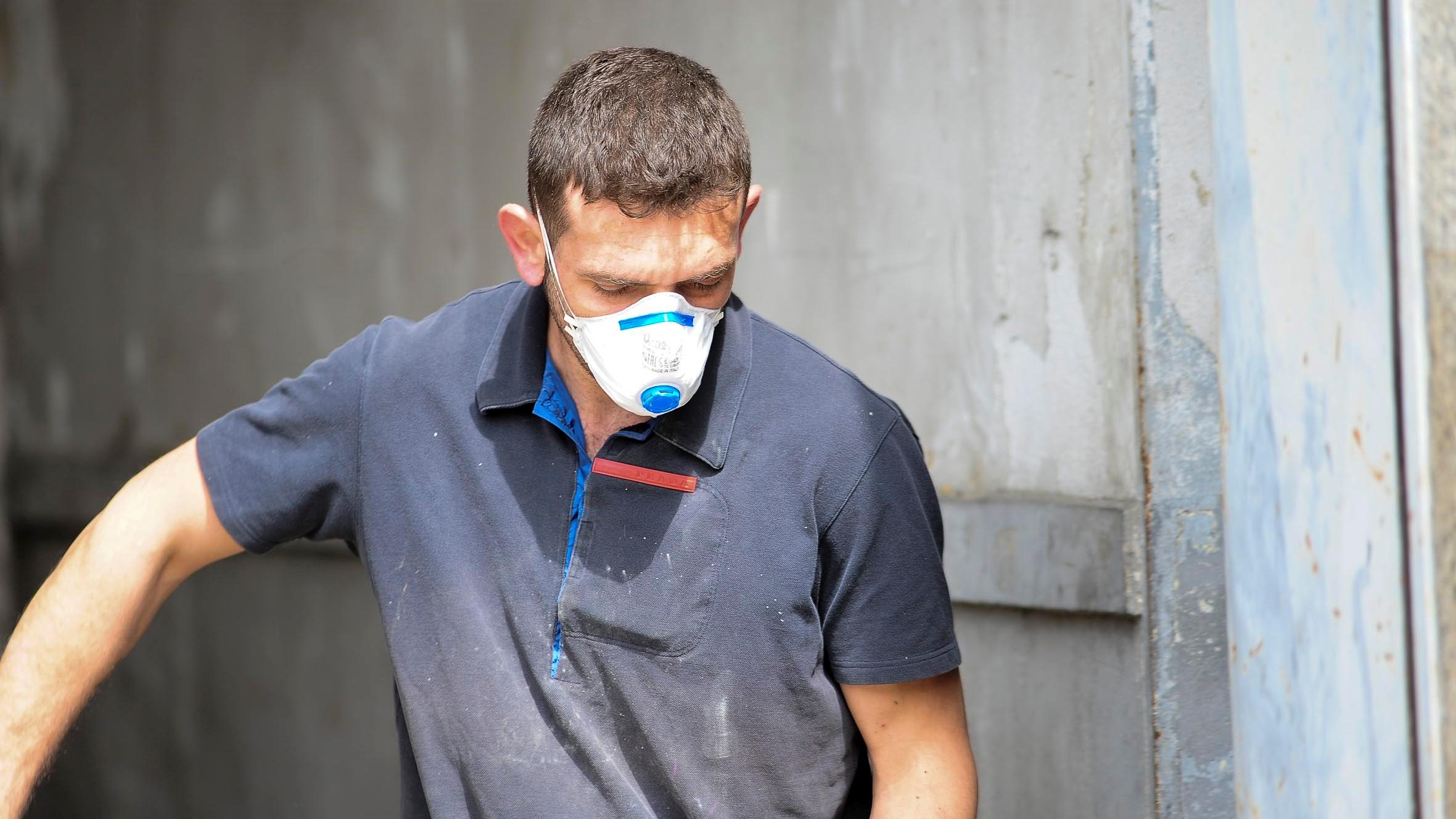 Lavoratore con mascherina per ridurre il rischio contagio da Covid-19